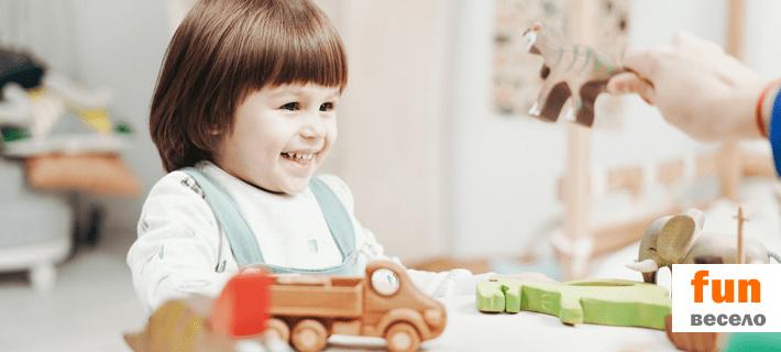 Ребенок веселится в детском саду