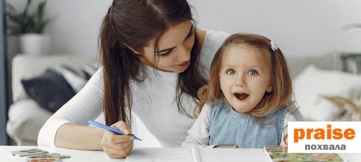 Воспитатель хвалит ребенка в детском саду