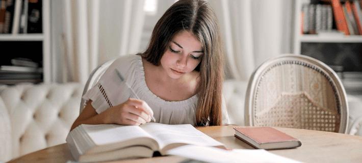 Девушка читает притяжательные местоимения в немецком языке