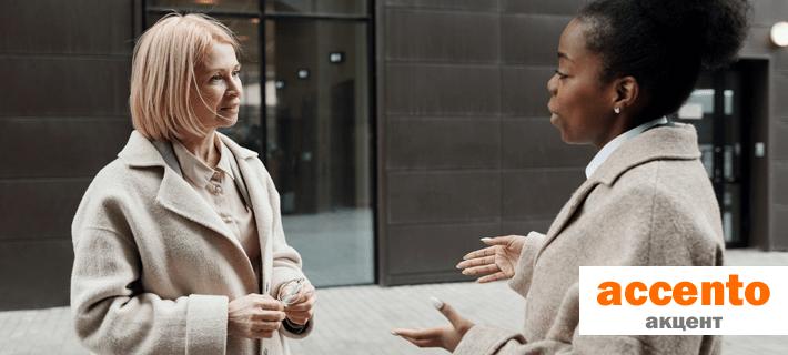 Женщины общаются на улице