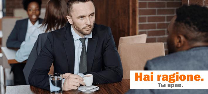 Двое мужчин разговаривают в кафе