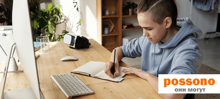 Мальчик изучает неправильные глаголы в немецком языке