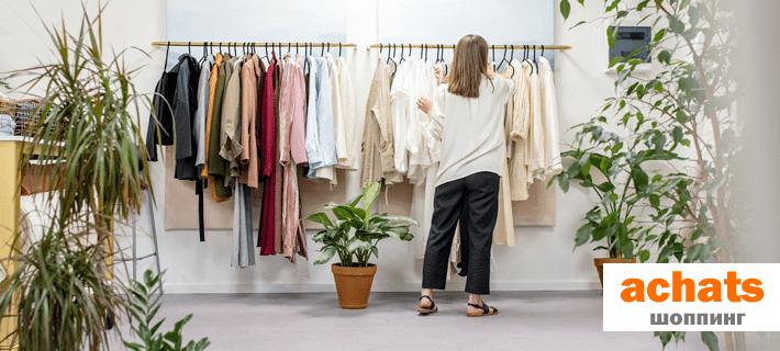 Девушка занимается шоппингом в магазине одежды