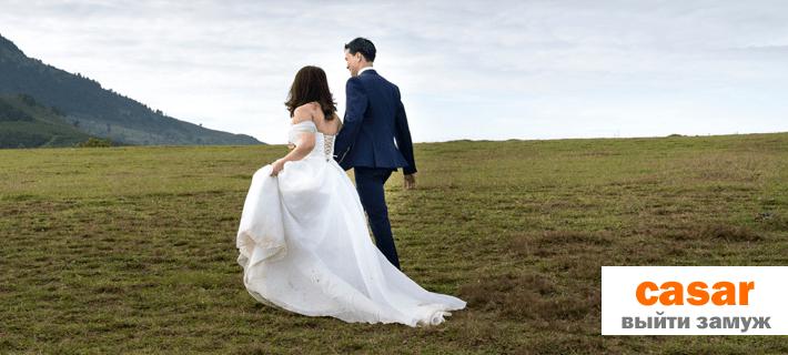 Жених и невеста идут по полю
