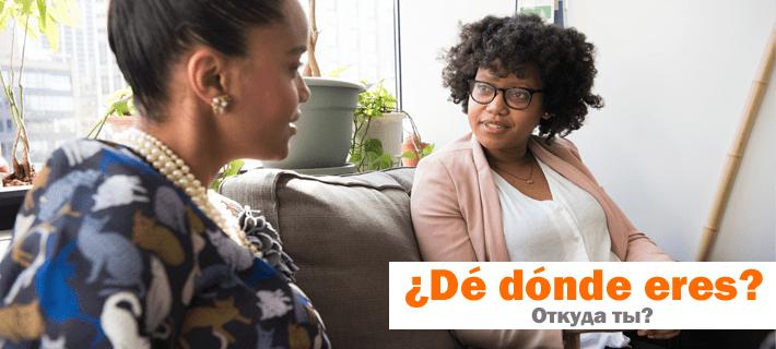 Девушки разговаривают сидя на диване