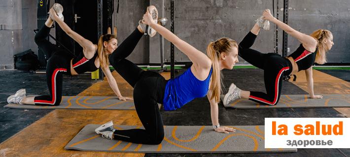 Девушки тренируются в фитнес-центре