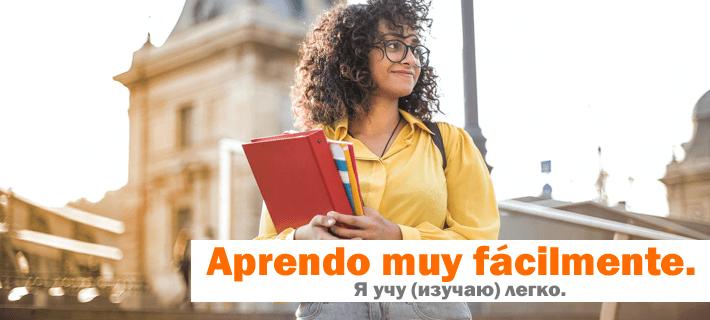 Девушка студент стоит с тетрадками в руках